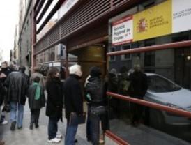Una asociación de desempleados organiza una cola de parados entre el Congreso y La Moncloa