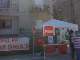 Los concejales de PSOE e IU de Alpedrete mantienen la jaima frente al Ayuntamiento