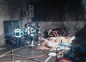 Desalojadas 30 personas tras un incendio en un almacén ubicado en el bajo