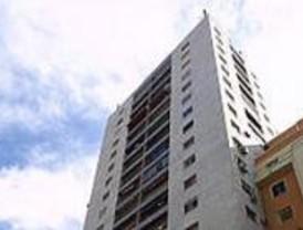 Un hombre con síndrome de Diógenes lanza azulejos desde un piso 14