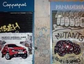 Un colectivo ciclista sabotea con grafitis una campaña de publicidad de coches en Madrid