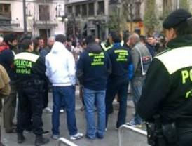 Gallardón se reencuentra con las protestas de los bomberos