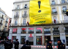 Greenpeace despliega una pancarta de protesta en Sol