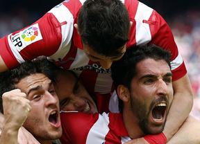 El Atlético sufre pero mantiene el liderato