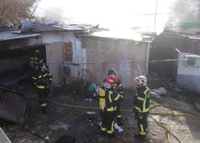 Los bomberos trabajan en la extinción del fuego