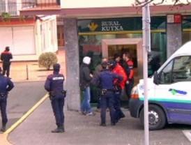 Un delincuente habitual se entrega tras intentar atracar un banco en Usurbil