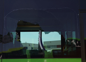 Luna rota en un autobús de Nex Continental durante la huelga