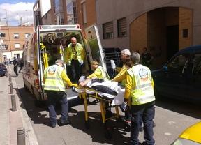 Una ambulancia traslada al joven herido de un disparo en la cara.