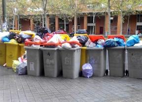 La basura se amontona en los distritos de la periferia tras el cambio de contrato