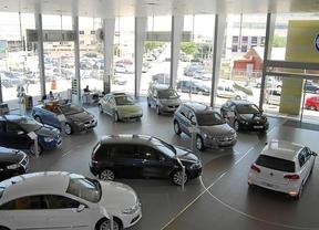 Las ventas de coches caen casi un 44% en la primera quincena, según Ganvam