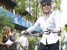Aguirre llega al ecuador de la campaña montada en bicicleta
