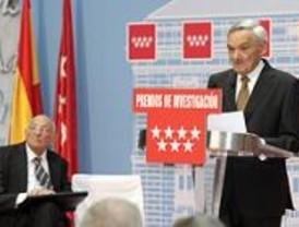 Madrid premia a los académicos Liñán Martínez y Rodríguez Adrados