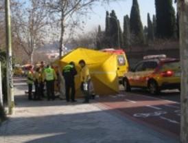 Fallece un motorista al chocar con un árbol