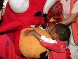 La mascota del Eurobasket visita a los pacientes del Hospital Niño Jesús