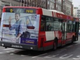 Un conductor de autobús evita con su pericia un choque con otro vehículo