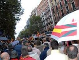 Miles de personas se manifiestan en Madrid contra el diálogo con ETA