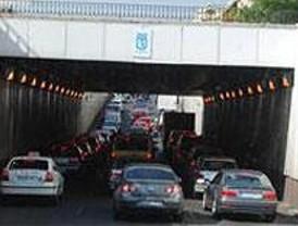Un vehículo averiado complica el tráfico en la Calle 30