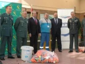 Los guardias civiles recogen 400 kilos de tapones solidarios