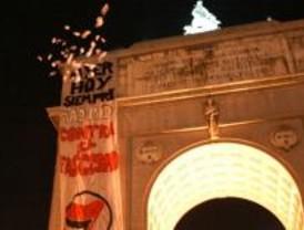 Antifascistas despliegan pancartas en el Arco del Triunfo