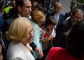 Manuela Carmena saliendo a saludad a la gente que la ovacionaba a las puertas en la calle Montalban.
