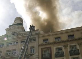 El humo sale de la cubierta de Alcalá 20