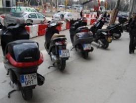 Estudian sancionar a las motos que no aparquen en su lugar adaptado