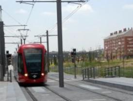 Un coche termina en las vías de Metro Ligero tras un accidente