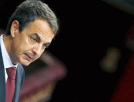 Zapatero anuncia un 'tijeretazo' sobre funcionarios, pensiones y el cheque bebé para detener el déficit
