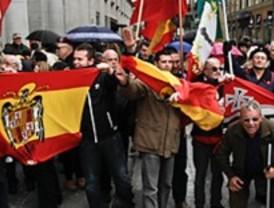 Unas 200 personas homenajean a Franco y defienden la Cruz de los Caídos