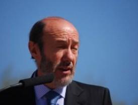 Rubalcaba critica la ambigüedad de Rajoy, pero ofrece grandes pactos de Estado