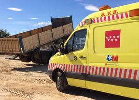 Muere un obrero aplastado al caerle el volquete de un camión