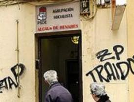 Atacan de madrugada la sede del PSOE en Alcalá con pintadas y cócteles molotov