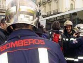 Bomberos de Madrid ayudan en el incendio de una nave en Illescas