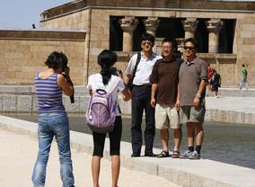 Turistas visitando el templo de Debod