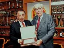 El Real Canoe Natación Club nombra socio de honor a Salvador Santos Campano por su dedicación al deporte
