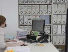 Aguirre no descarta bajar el sueldo a los funcionarios
