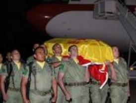 El Príncipe, Zapatero y cientos de familiares reciben los féretros de los militares fallecidos