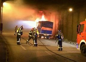 Un pequeño camión se incendia en el túnel de Azca