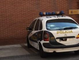Detenido por reventar los escaparates de tres comercios con tapas de alcantarilla