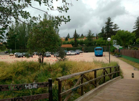 IU denuncia un 'parking' escolar en zona verde