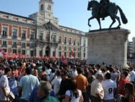 Cientos de personas protestan en Sol contra los recortes al sueldo público
