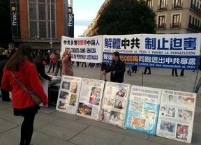 Practicantes de Falun Gong recogen firmas contra la persecución del Gobierno chino