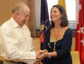 La alcaldesa de Pozuelo recibe la medalla de Hermana Mayor Honoraria