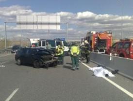 Un muerto y un herido al colisionar su vehículo con una farola en la M-21