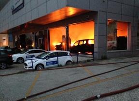 Aparatoso incendio en un concesionario de Rivas
