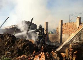 Un incendio arrasa una nave industrial en Leganés