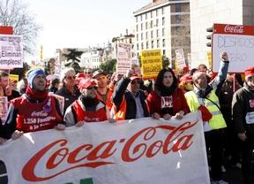 Los trabajadores de Coca-Cola protestan en Sol tras una marcha de 20 kilómetros contra el cierre de la embotelladora