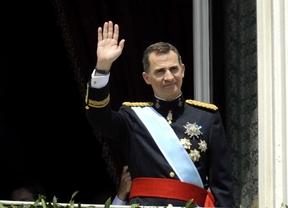 El rey Felipe VI saluda desde el balcón del Palacio Real