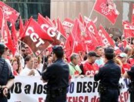 Los trabajadores de Iveco, BP Solar y Arcelor lanzan piedras y paran el Pleno de la Asamblea