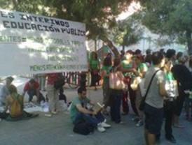 Un centenar de docentes protestan a las puertas del IES San Mateo